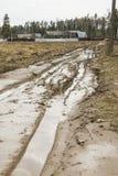 Tauwetter der schmutziger Waldunwegsames Stra?e im Fr?hjahr gebrochen, durch das Schmelzen des Schnees und durch schwere Fahrzeug stockbilder