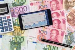 taux de change au téléphone avec l'euro et les yuans Photos libres de droits