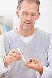Taux du sucre dans le sang de examen d'homme Image stock