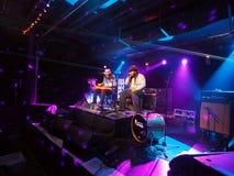 Tavana Batlin i Keith bawić się gitarę i śpiewamy na scenie Obrazy Royalty Free