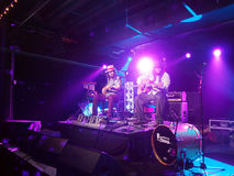 Tavana Batlin i Keith bawić się gitarę na scenie Obraz Royalty Free