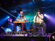 Tavana e Keith Batlin jogam a guitarra e cantam-na na fase Imagem de Stock