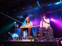 Tavana e Keith Batlin jogam a guitarra e cantam-na na fase Foto de Stock