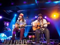 Tavana y Keith Batlin tocan la guitarra y cantar en etapa en Crossro fotografía de archivo libre de regalías