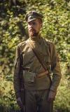 TAVATUI SVERDLOVSK OBLAST, RYSSLAND - AUGUSTI 20, 2016: Historisk reenactment av den ryska inbördeskriget i Uralsna i 1918 Soldat Arkivbild