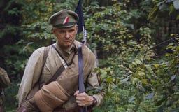 TAVATUI SVERDLOVSK OBLAST, RYSSLAND - AUGUSTI 20, 2016: Historisk reenactment av den ryska inbördeskriget i Uralsna i 1918 Soldat Arkivfoto