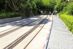 Tavel de touristes en parc de chemin de fer, adobe RVB Image libre de droits