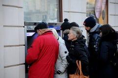 TAVELERS HET INNEN VAN MUNT BIJ NORDEA-BANKEN ATM Stock Afbeelding