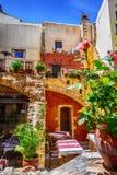 Taverna griego hermoso en la ciudad vieja de Chania Imagen de archivo