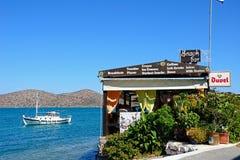 Taverna vid havet, Elounda Royaltyfri Bild