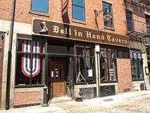 Taverne Bell in der Hand Stockbild