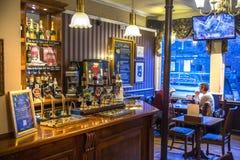 Taverne de Miltre, intérieur anglais classique de taverne Compteur de bière cambridge Image stock
