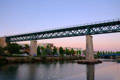 TAVIRA, ALGARVE, PORTOGALLO - MAI 25, 2019: Vista sul ponte del ferro in Tavira e nel fiume Gilao fotografia stock