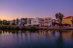 TAVIRA, ALGARVE, PORTOGALLO - MAI 25, 2019: Vista sulla vecchia città di Tavira fotografie stock libere da diritti