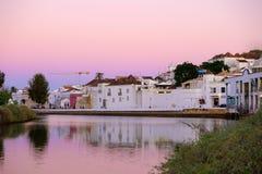 TAVIRA, ALGARVE, PORTOGALLO - MAI 25, 2019: Vista sulla vecchia città di Tavira e del fiume Gilao fotografie stock libere da diritti