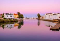 TAVIRA, ALGARVE, PORTOGALLO - MAI 25, 2019: Vista sulla vecchia città di Tavira fotografia stock