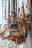 TAVIRA, POŁUDNIOWY ALGARVE/PORTUGAL - MARZEC 8: Korkowe torebki dla fotografia stock