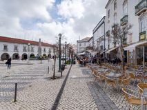 TAVIRA, POŁUDNIOWY ALGARVE/PORTUGAL - MARZEC 8: Ruchliwie kawiarnia w Tavir zdjęcie royalty free