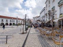 TAVIRA, SÜDLICHES ALGARVE/PORTUGAL - 8. MÄRZ: Beschäftigtes Café in Tavir lizenzfreies stockfoto