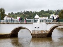 TAVIRA, SÜDLICHES ALGARVE/PORTUGAL - 8. MÄRZ: Brücke über dem Ri lizenzfreie stockfotografie