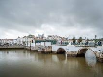 TAVIRA, SÜDLICHES ALGARVE/PORTUGAL - 8. MÄRZ: Brücke über dem Ri lizenzfreie stockfotos