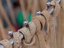 TAVIRA, SÜDLICHES ALGARVE/PORTUGAL - 8. MÄRZ: Cork Handbags für lizenzfreie stockbilder