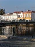 Tavira vicino al fiume, con l'incrocio del ponte Immagine Stock Libera da Diritti