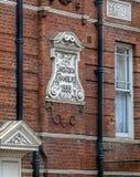 Tavistock商会的门面和题字约会了fr 免版税库存照片