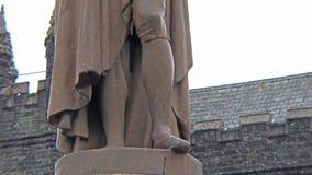 Tavistock, Inglaterra - 11 de febrero de 2015: El séptimo duque de la estatua de Bedford se está colocando en Tavistock Bedford S metrajes