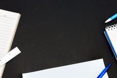 Tavola astratta nera dello scrittorio del manifesto dell'ufficio con il taccuino e il suppli Immagini Stock Libere da Diritti