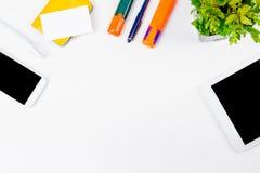 Tavola bianca della scrivania con il computer, penna e una tazza di caffè, lotto delle cose Vista superiore con lo spazio della c Fotografie Stock