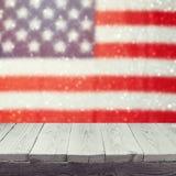 Tavola bianca di legno vuota sopra il fondo del bokeh della bandiera di U.S.A. Fondo di feste nazionali di U.S.A. quarto della ce Fotografia Stock Libera da Diritti