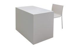 Tavola bianca e sedia isolate su bianco Immagini Stock Libere da Diritti