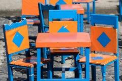 Tavola Colourful con le sedie immagini stock