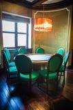 Tavola d'annata del ristorante con le sedie Immagine Stock