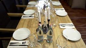 Tavola decorata per azione domestica di festività di festa Anche festività con la tavola servita semplice in arredamento domestic stock footage