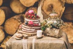 Tavola decorata per due decorata con il fondo floreale di legno della composizione Fotografie Stock