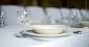 Tavola decorata per lusso, cena elegante, fondo di neolatino della cena video d archivio