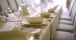 Tavola decorata per lusso, cena elegante, fondo di neolatino della cena archivi video