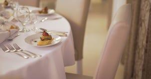 Tavola decorata per lusso, cena elegante, fondo di neolatino della cena stock footage