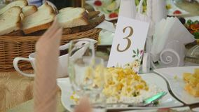 Tavola decorata per una cena di nozze video d archivio