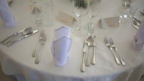 Tavola decorata per una cena di nozze stock footage