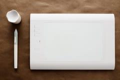 Tavola dei grafici bianca della penna Fotografia Stock