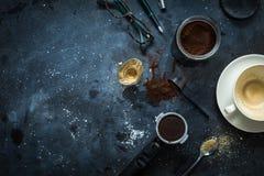 Tavola del caffè - accessori del caffè espresso, tazza di caffè vuota immagini stock