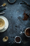 Tavola del caffè - accessori del caffè espresso, tazza di caffè vuota fotografia stock libera da diritti