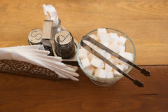 Tavola del caffè con la ciotola di zucchero del cubo Fotografia Stock
