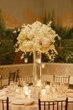 Tavola del centro di nozze messa per la ricezione immagini stock