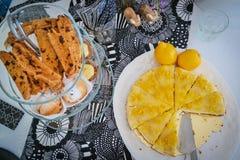 Tavola del dessert con il biscotti del cioccolato e torta di formaggio sul Se bianco Fotografia Stock