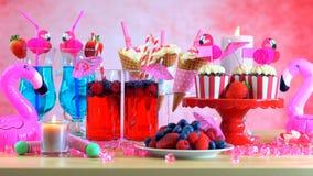 Tavola del partito di estate con il tema rosa del fenicottero Immagini Stock Libere da Diritti