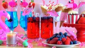 Tavola del partito di estate con il tema rosa del fenicottero Fotografie Stock Libere da Diritti
